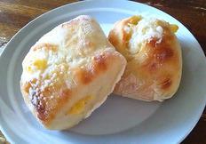 今回パンブログを担当させていただきます、音更店販売の山本です。 今回私がオススメするパンは音更店で販売している 「チーズチャバタ」です!  チャバタとはイタリア語で「スリッパ」というのが語源の四角く平べったいパンです! チーズチャバタはしっとりとしているのですが、 モチモチとした食感が特徴のパンです。  このしっとりとしたモチモチ感は水の量が多いから出せる食感です。...