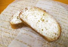みなさんこんにちは! 今回のパンブログを担当する、麦音・製造の細口です。 今回私が紹介するのは『カンパーニュのフレンチトースト』です! 厚切りのカンパーニュにフレンチ液を染み込ませ、 低温でじっくり焼いているので 時間が経ってもフワッとした食感を楽しむことが出来ます! まずカンパーニュってなんだろう...?と思った方もいると思います。 フランスパンの1種で、大きい見た目やシンプルな味わいからお食事...