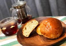 みなさんこんにちは! 今回のパンプログを担当するボヌールマスヤ販売担当の高橋です。 今回私がご紹介するパンは... ボヌールマスヤの「Chaiパン」です!! 「Chaiパン」は十勝の生活応援マガジンの 創刊20周年を記念して製作された紅茶を使用したパンです! 「Chaiパン」は見た目シンプルなテーブルロールの形となっております。 手のひらサイズのティータイムにぴったりな商品です。 紅茶風味のパンの...