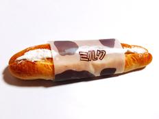 皆さんこんにちは。今回ブログを担当する東京本店製造の増田です。 北海道十勝から東京にきて、北海道との気候の違いや人の多さに驚きながら過ごしてます。 さて、今回紹介するのは「ミルクフランス」です。 見た目はシンプルなソフトフランスですが、パンの中にはクリームがサンドされています。あっさりとした甘さとコクがあるパンになっております! 外装は牛の模様ににミルクと書かれた帯がまかれているのが目印です!! ...